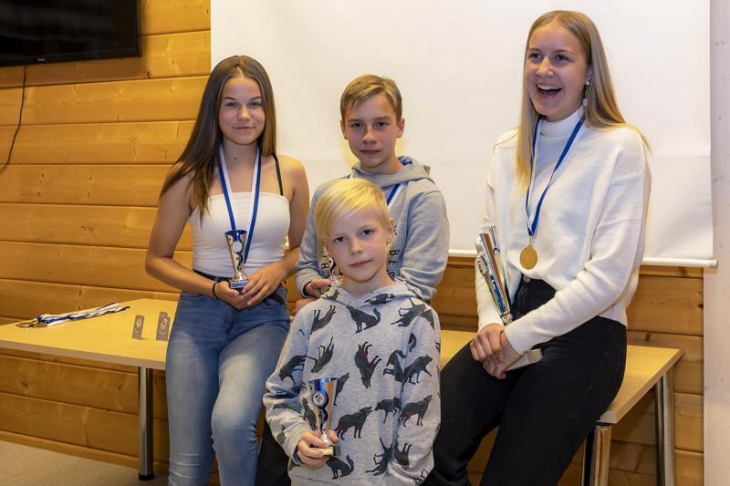 FC Folk palkitsi kauden parhaat: Milja Viitanen, Juho Pirkkalainen ja Alina Junno. Edessä Niila Lumiaho.