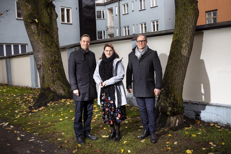 Keski-Pohjanmaan maakuntahallituksen puheenjohtaja Timo Pärkkä (vas.) ja maakuntajohtaja Jyrki Kaiponen saivat perjantaina vieraakseen Kuntaliiton toimitusjohtajan Minna Karhusen.