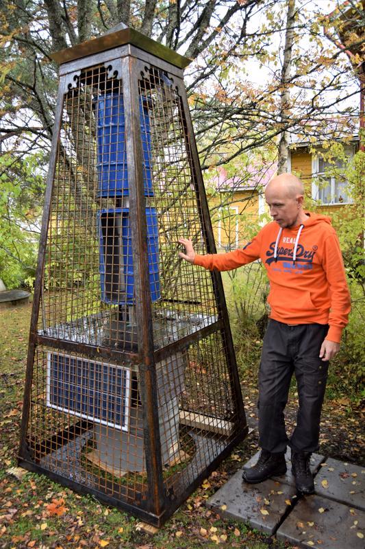 Simon Gipenbergin veistoksella on korkeutta kolmisen metriä.