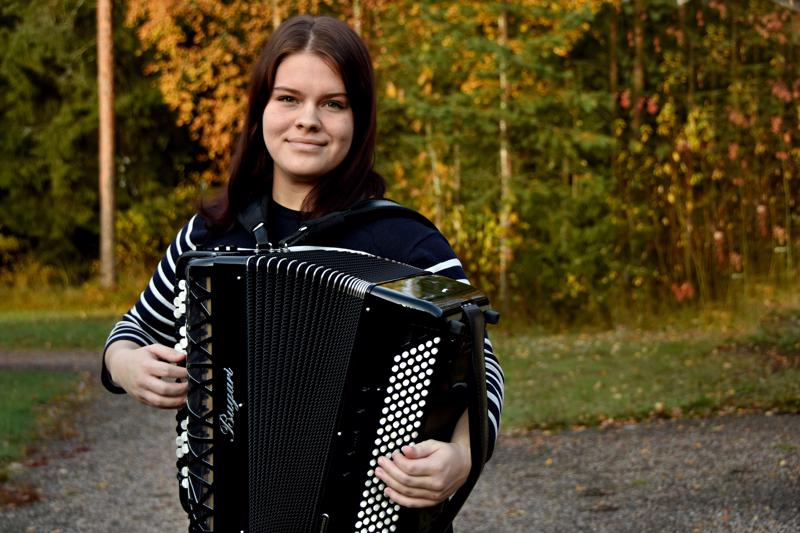 Nooralla on neljä harmonikkaa. Esiintyessään hän soittaa yleensä italialaista konserttiharmonikka Bugaria. Se painaa 13 kiloa. Noora kertoo venyttelevänsä ja käyvänsä hierojalla jotta keho kestäisi painavaa soitinta.