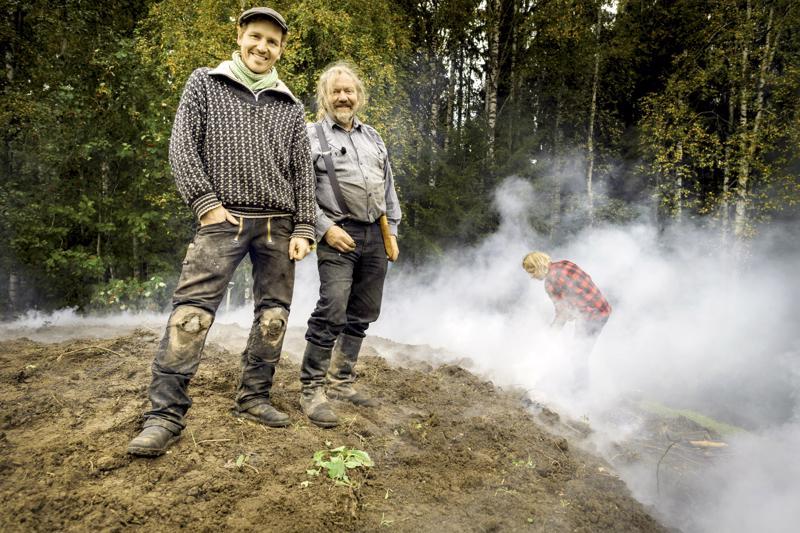 Halsualla poltettiin Tanskalaisen maajussin (Bonderøven) kuvauksissa tervahautaa syyskuussa 2017. Frank Erichsen ja Seppo Kalliokoski tervahaudan päällä, oikealla Sepon poika Jussi Kalliokoski. Kaksi vuotta sitten kuvatut jaksot nähdään nyt Yle Teemalla.