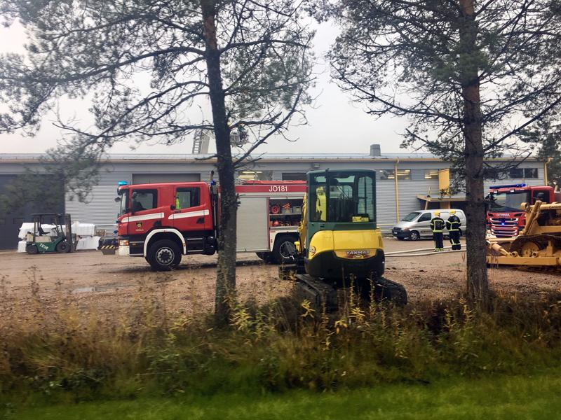 Palopaikalla oli useita pelastuslaitoksen yksiköitä.