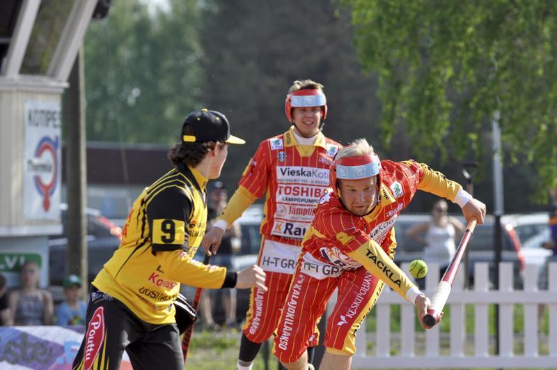 Ylivieskan Kuula ja Kannuksen Ura tippuivat miesten ykköspesiksestä, mutta vapautunut sarjapaikka kelpasi Kannukselle. Kuvassa Kuulan Jani Moilanen lyömässä joukkueiden kesäkuun kohtaamisessa, jonka Ylivieska voitti 2 -0.