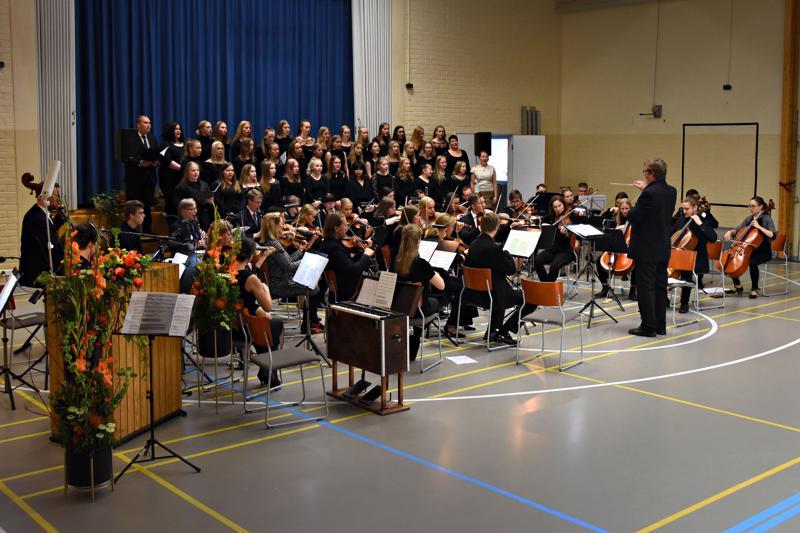 Juhlan laadukkaaseen musiikkiohjelmaan kuului mm. haapavetistä kansanmusiikkia, musikaalisävelmiä, Sibeliusta sekä koulun entisen oppilaan Janne Jääskelän sävellys Elegia.