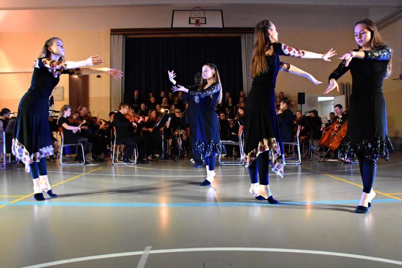 Haapaveden yhteiskoulun 100-vuotisjuhlan ohjelmassa pääosassa oli 45-henkinen orkesteri, jonka soittajista valtaosa on koulun nykyisiä tai entisiän oppilaita, Lukion ja yläkoulun kuoro ja sekä Jokihelmen opiston tanssikoulu.
