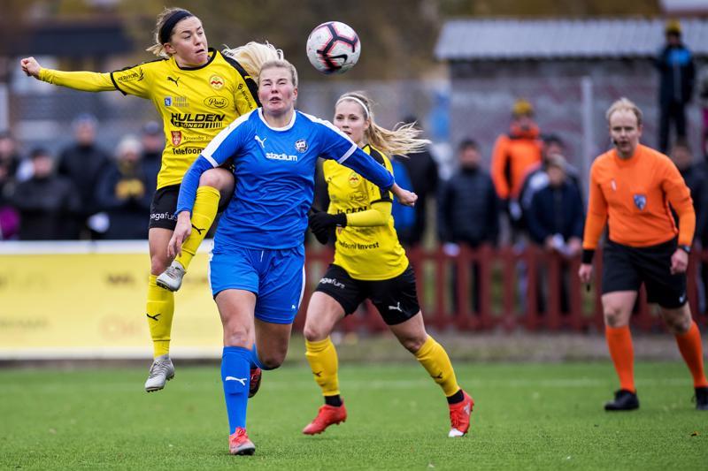 Myrani Katie Murray (vas.) nousi puskutilanteessa TPS:n Nelly Lehtilän yläpuolelle. Viktoria Byskata varmistaa taustalla.