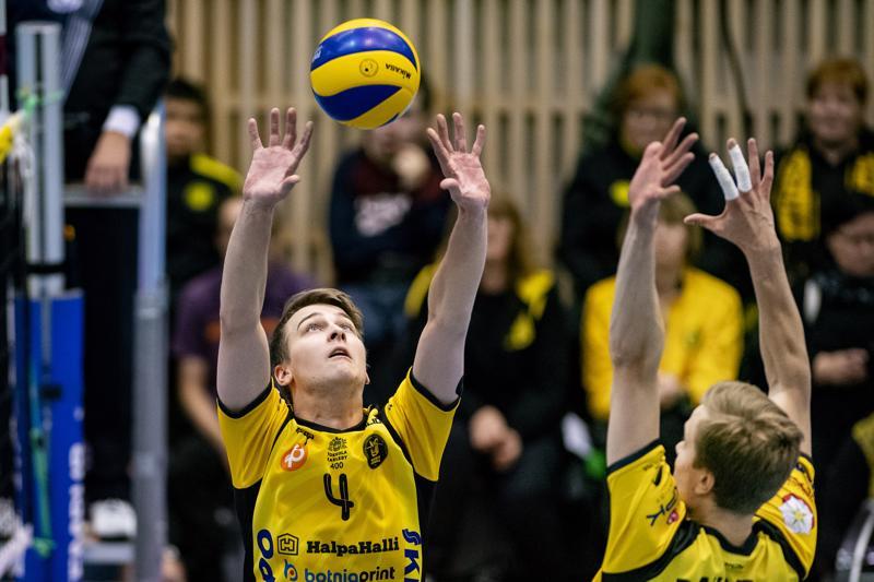 Tiikereiden Anton Välimaa (vas.) ylsi yhdeksään pisteeseen Akaa-Volleyta vastaan. Rami Rekomaan saldo oli kymmenen pistettä.