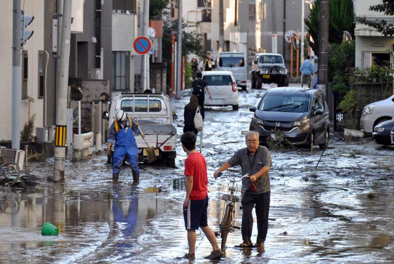 Tokion läheisyydessä sijaitsevan Kawasakin kadut olivat taifuunin jäljiltä mudan peittämät Kawasakissa Tokion läheisyydessä.