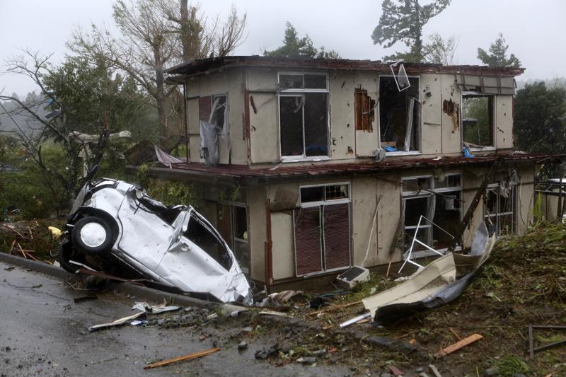 Taifuuni Hagibis aiheutti lauantaina mittavia tuhoja eri puolilla Japania: se romutti autoja ja vahingoitti taloja. Kuvassa on taifuunin tuhoja Tokion itäpuolelta Ichinarasta Chiban alueelta.
