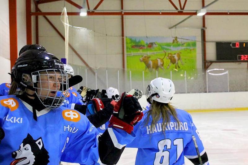 Huski-naisten kapteeni Tanja Lehtola sekä viisi tehopistettä kahminut Iina Haukipuro iloitsevat juuri tehdystä maalista.
