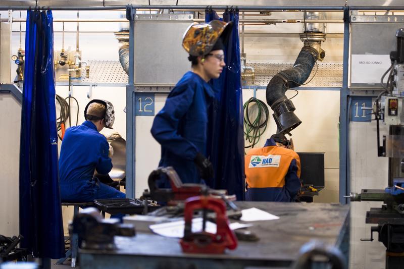 Metallipuolen kolmeosaisessa taitokilpailussa taitokilpailussa kilpailijoiden piti tehdä tosissaan töitä, että he saivat työnsä valmiiksi annetun aikataulun puitteissa.