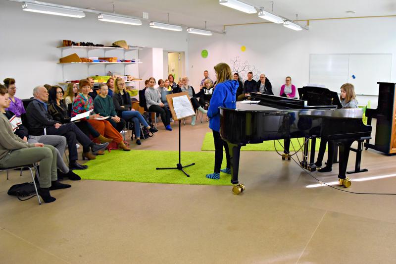 Lasten lied -musiikkiopetuksessa lähtökohtana on laulujen tarinan tulkinta sekä pianistin ja laulajan yhteistyö. Arkistokuva huhtikuulta 2019.