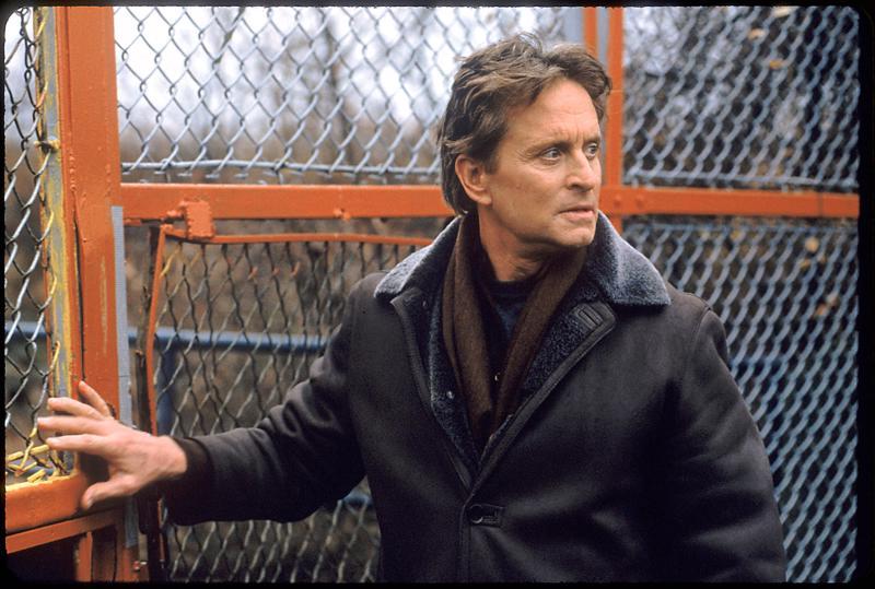 Psykiatri Nathan Conradin roolissa on Michael Douglas trillerissä Älä sano sanaakaan.