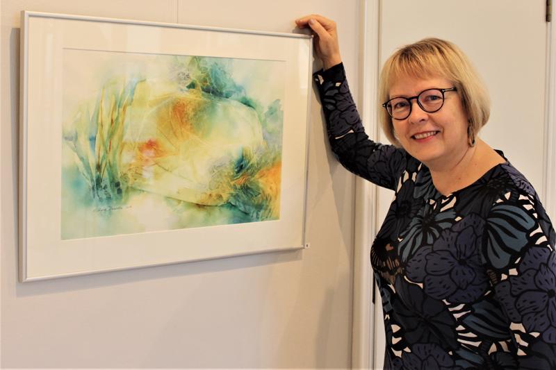 Akvarellimaalausta harrastavan Raila Paavolan tekemiä töitä on esillä Vesiaskelmerkkejä-taidenäyttelyssä Galleria Artistassa.