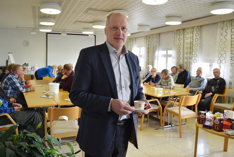 Toimitusjohtaja Antero Alahautala kertoo, että hallinto kuuntelee jäsenistöään heräkällä korvalla. Esimerkiksi päivittäiset kassapalvelut on säilytetty, koska asiakaskunnassa on vielä niidenkin käyttäjiä.