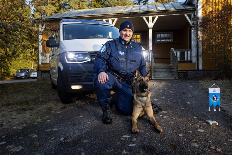Victor Bodbacka ja poliiiskoira Pomo palkittiin hengenpelastusviirillä Kruunupyyssä harjoituspäivän yhteydessä.