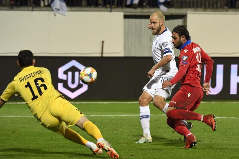 Teemu Pukki nosti Suomen toisen maalin ohi Aram Ayrapetyanin. Armenian Hayk Ishkhanyan oli aavistuksen verran myöhässä.