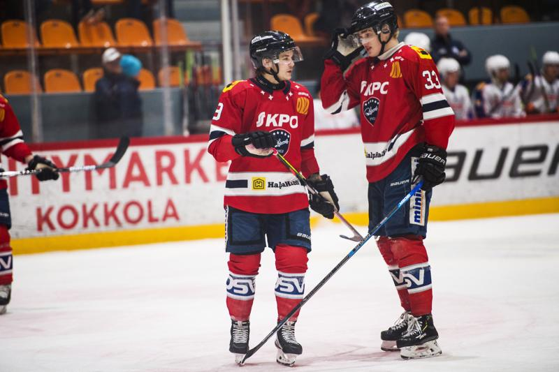 Ykköskentän laiturit Atte Mäkinen (0+3) ja Riku Sihvonen (2+1) tekivät kolme tehopinnaa mieheen Hermeksen hakiessa voiton Iisalmesta.