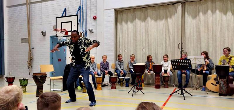 Sibelius-Akatemiasta tohtoriksi väitellyt tansanialaislähtöinen muusikko-tanssija Arnold Chiwalala piti alkuviikosta kaksi koululaiskonserttia Hannulan Timon ja haapavetisten lasten kanssa.