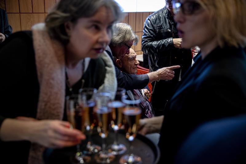 Remu Aaltonen (keskellä) oli keskiviikkona Musiikkimuseo Famen kutsuvierastilaisuudessa.