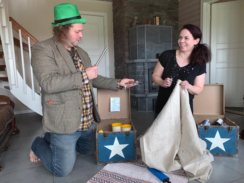 Vesa Pietikäinen ja Maria Muuraiskangas ovat taikaduo, jonka esityksissä riittää huumoria ja jännitystä. Marian ja Veskun taikashow´ta on mukava esittää pikkujouluissa.