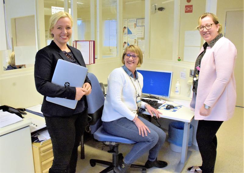 Malmin sairaalan palveluja kehittävät Johanna Holmäng (vas.) ja Jaana Kalliokoski sairaanhoitopiirin toimeksiannosta. Osastonhoitaja Pia-Maria Haglund on paikallinen yhteyshenkilö.