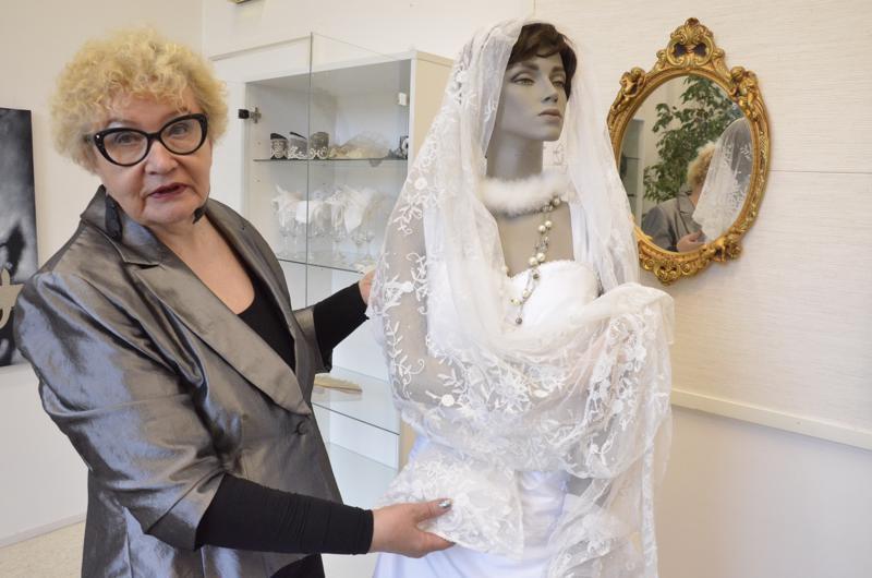 Marjatta Hietaniemi osti morsiuspuvun kympillä saadakseen ranskalaisen pitsityllin komeasti esille.