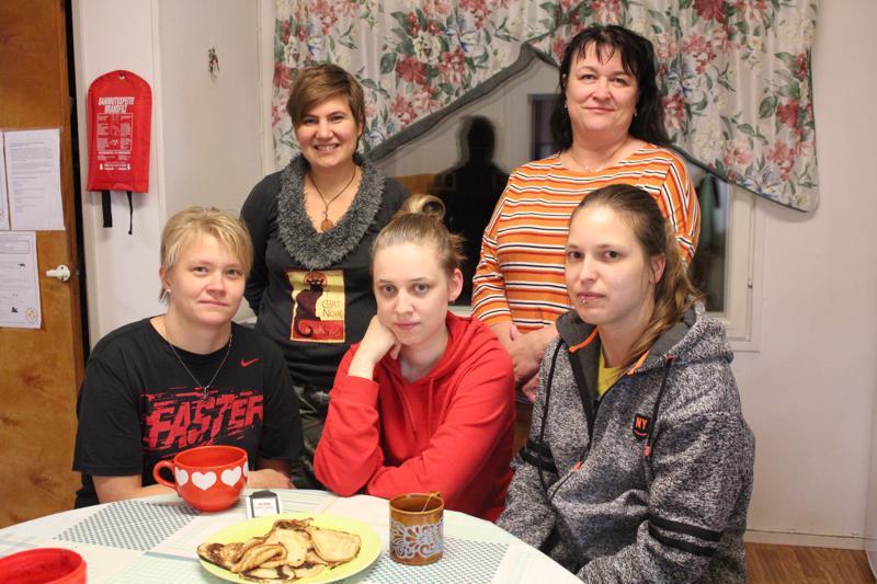 Kahdeksan lasta ja kahdeksan aikuista. Yökyläleirin aikuisista edessä vasemmalta Merja Pitkäkangas, Sonja Heittokangas ja Annika Kivimäki, takana Mimmi Seppä ja Tuija Lohva.