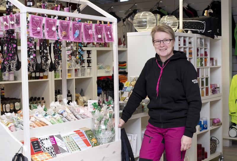 Tiina Hintsala karsi muuton yhteydessä tuotevalikoimastaan lähes kaikki ulkomaiset tuotteet pois.  –Ihmiset eivät vain yksinkertaisesti osta niitä enää, hän sanoo.