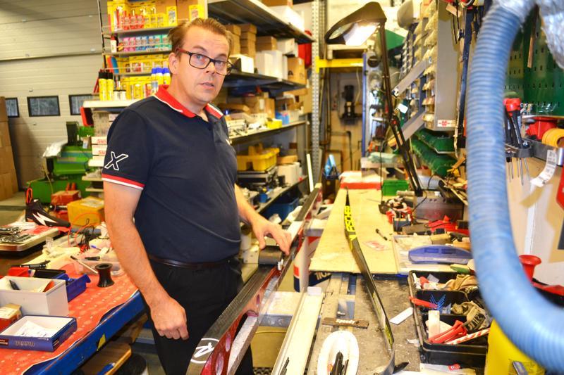Yrittäjä Markku Salmela vetää napakasti sukseen kiinnitetyllä koneella suksen pohjaan pienen salmiakkia muistuttavan kuvion. Sen avulla saadaan sukseen parempaa luistoa.