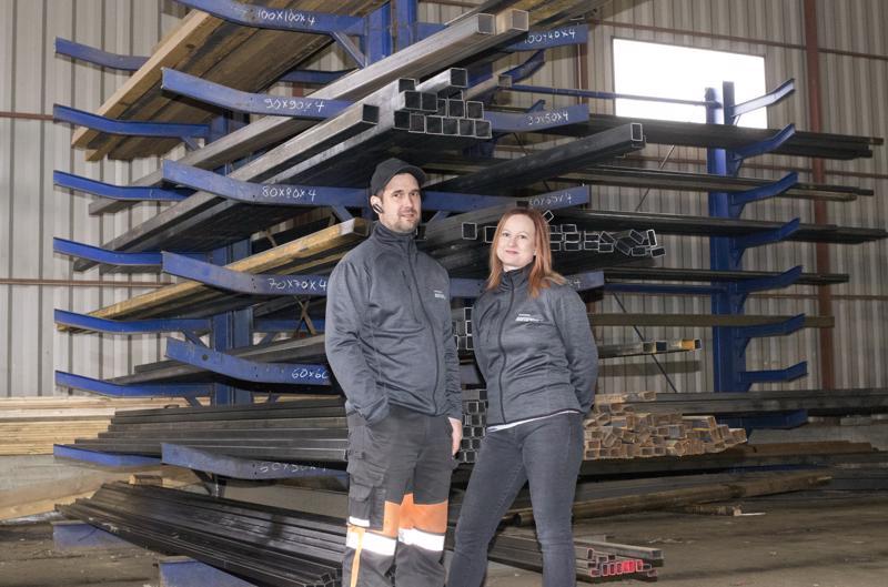 Ossi Korkiakoski ja Leena Haanpää ovat työskennelleet yhdessä jo 13 vuotta. Leenana vastuulla ovat yrityksen paperityöt, Ossin ostaminen ja myyminen.  –Minä olen sellainen tuuraaja nykyään, että menen aina sinne, mistä työmies milloinkin puuttuu, Ossi nauraa.