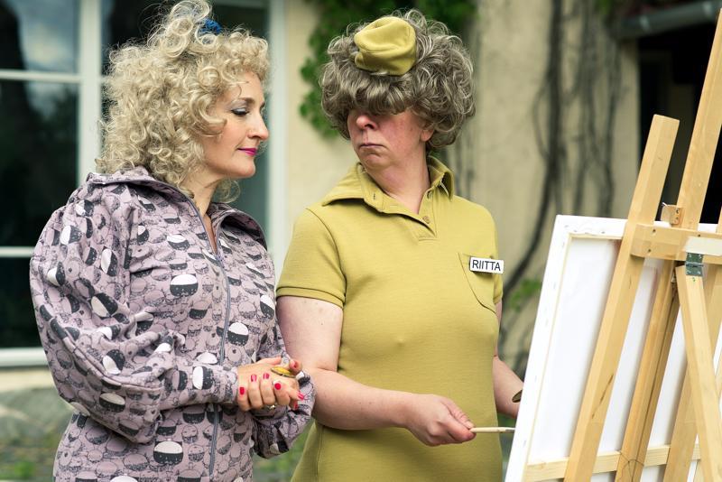 Peruukkinäyttelijöitä. Sanna Stellan ja Jenni Kokander yrittävät hauskuuttaa Fingerpori-elokuvassa.
