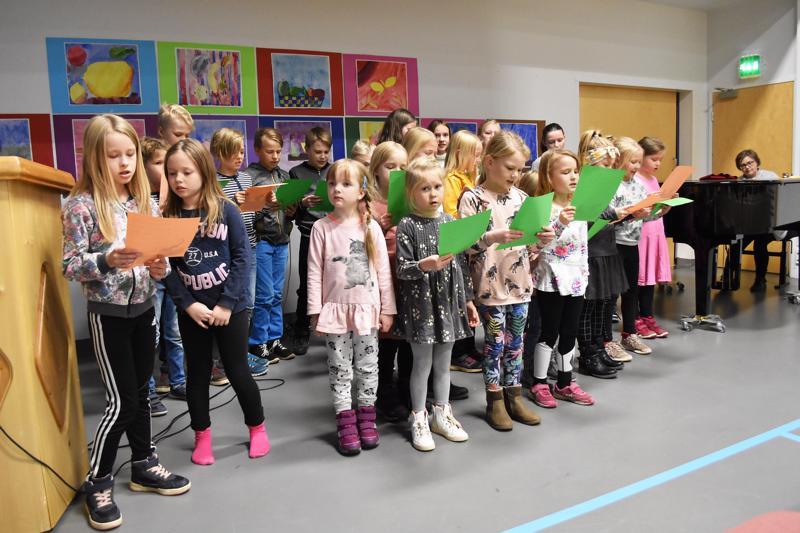 Tulevaisuuden kylien ilta avattiin Humalojan koululaisten lauluesityksellä.