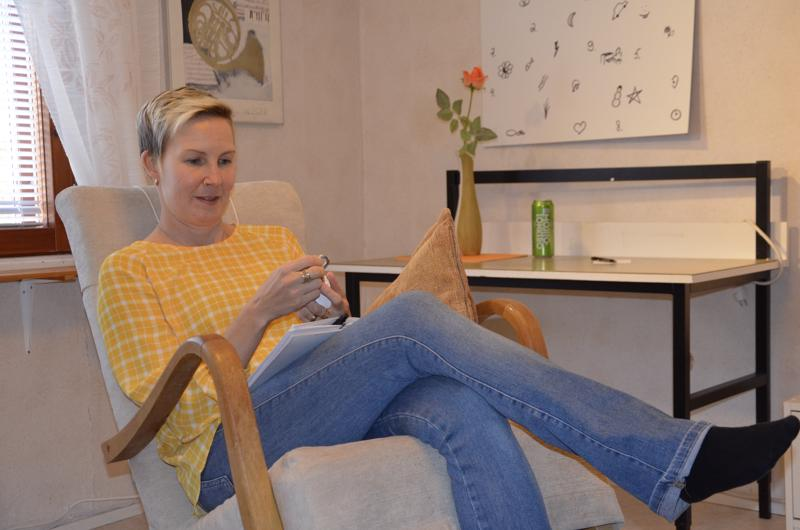 Heli Hautamäki on itse innostunut pakohuoneista ja pikkuhiljaa syntyi idea, että Jartsan arvoitus voitaisiin ratkaista Kivirannan tuvan vintissä.
