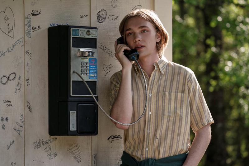 Ensipuhelu koulusta kotiin. Arka teinipoika Miles (Charlie Plummer) saa kavereita ja huomaa viihtyvänsä sisäoppilaitoksessa.