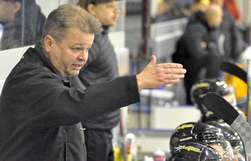 YJK:n valmentaja Pekka Palo johdatti joukkonsa komeaan voittoon tappiollisen Cowboys-pelin jälkeen.