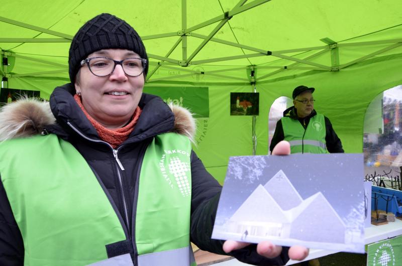 Kirkkoherra Eija Nivala jalkautui syysmarkkinoille muiden mukana myymään Kirkkotalakoot-tuotteita.