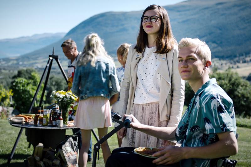Skjåk maailmankartalle! Norjalaissarjasta tehty elokuva jatkaa liikuntarajoitteisen Larsin ja ystävänsä Emman tutkimuksia.