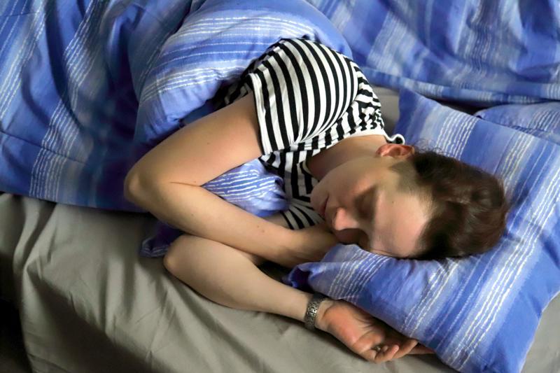Kiireinen elämänrytmi houkuttaa helposti nipistämään joka ilta nukkumisesta hieman aikaa muihin puuhiin. Vaikutukset toimintakykyyn eivät ole yhtä välittömiä ja dramaattisia kuin ylipitkässä valvomisessa, mutta vähitellen kertyvällä univajeella on useita salakavalia seurauksia.