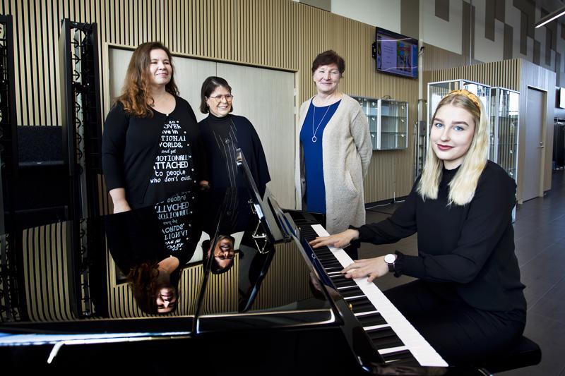 Minna-Liisa Kaattari, Soili Autio ja Iiris Markkanen toivovat, että Katja Nikupaavon kaltaiset nuoret innostaisivat muitakin nuoria kansalaisopiston kursseille.