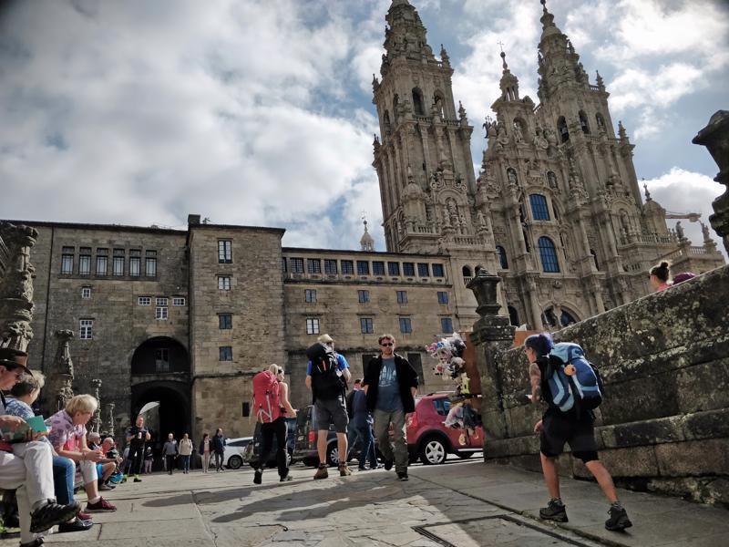 Santiagon katedraali Plaza do Obradoiron aukealla on Camino- vaelluksen päätepiste.  Katedraalissa on käynnissä mittava remontti, minkä vuoksi pyhiinvaeltajan perinteinen messu pidetään päiväittäin jommassa kummassa lähistöllä sijaitsevassa kirkossa.