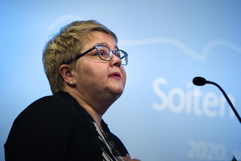 Soiten toimitusjohtaja Minna Korkiakoski-Västi esitteli Soiten valtuustolle säästösuunnitelmia.