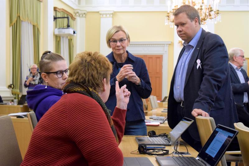 Valtuusto neuvotteli yli puoli tuntia Anna-Maija Lyyran (vihr.) ehdotuksesta nimittää tilapäinen valiokunta tutkimaan kaupunginhallituksen toimia. Lyyran kanssa keskustelevat vasemmistopoliitikot Lisen Sundqvist, Vuokko Piippolainen ja Sauli Isokoski.