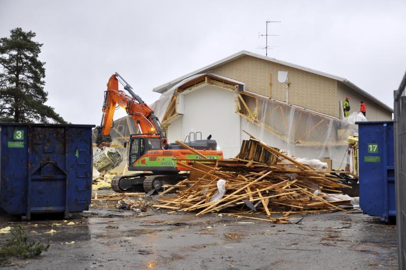 Purku ennen rakentamista. Lestin koulu on kohta purettu säilytettävään osaan asti. Koulun ja päiväkodin urakoitsijat valittiin tiistaina.
