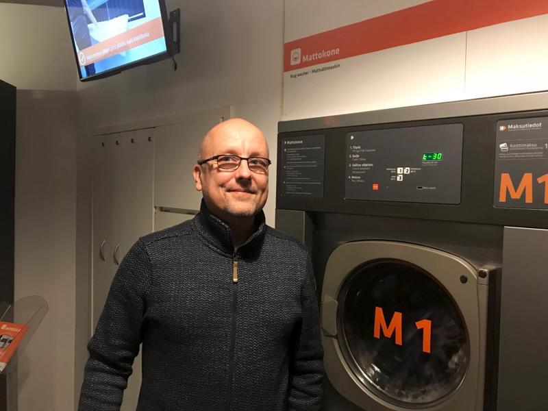 Asko Nevala iloitsee uuden tasopesukoneen menestyksestä kauppakeskuksissa.