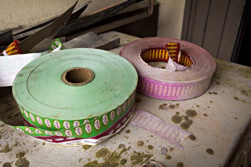 Meijeritoiminnan lakattua tiloissa on toiminut muun muassa karkkitehdas, josta karkkipaperirullat osaltaan muistuttavat.