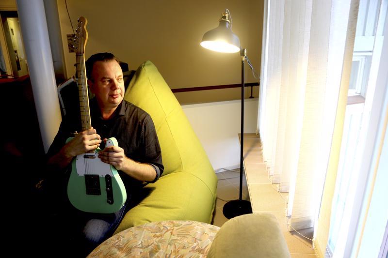 Rasmus Tammik opettaa musiikkia musiikkilukiossa ja on parin vuoden ajan harrastanut soitinten entisöintiä. Sylissään olevan vihreän kitaran hän on koonnut osista käyttöönsä.
