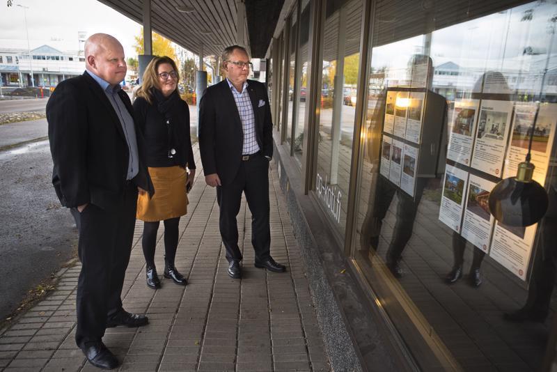 Nivalassa on tarjolla kaikentyyppisiä asuntoja, toteavat Jussi Kuittinen (vas.), Marita Ylen-Julin ja Markku J. Niskala. Monet haluavat myös rakentaa itselleen uuden talon.