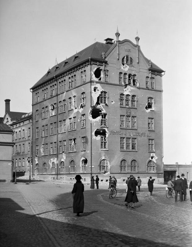 Borgströmin tupakkatehdas tulituksen jälkeen 1918. Mika Waltari kuvasi tapahtumia romaanissaan Palava nuoruus.
