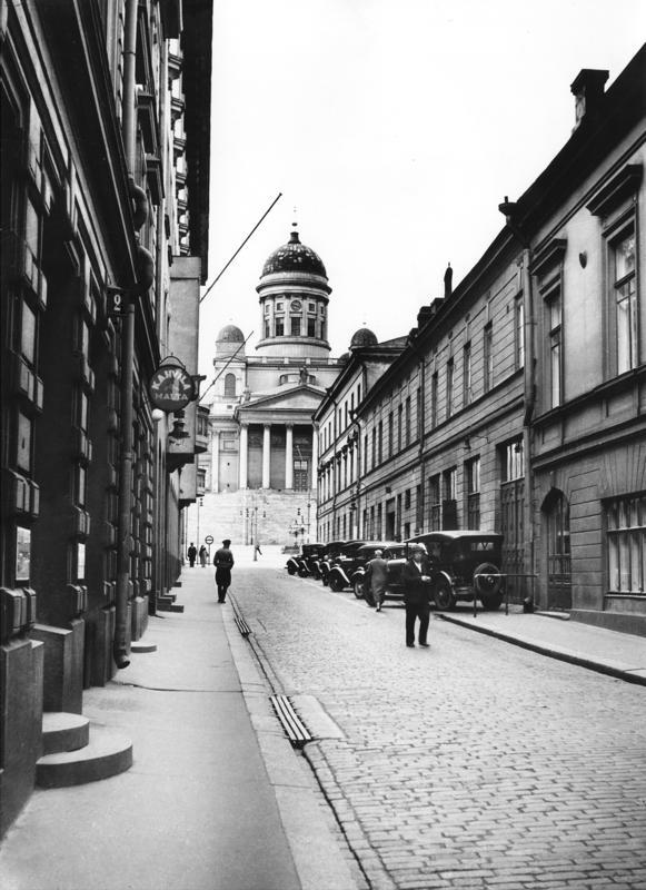 Poliisin autoja Sofiankadulla 1930-luvulla. Aleksanterin- ja Sofiankaduilla toiminut poliisiasema oli merkittävässä roolissa Komisario Palmu-teoksissa.